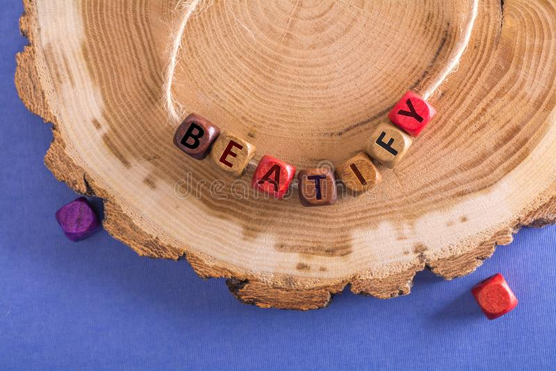Ordet saligförklarar på träkuber arkivfoton