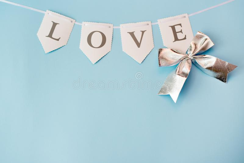 Ordförälskelse på blå bakgrund med kopieringsutrymme Dagbegrepp f?r St Valentine Day, f?r?lskelse- eller br?llop Pastellf?rgad f? royaltyfri bild