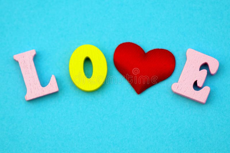 Ordförälskelsevalentin dag med färgrika träbokstäver Förälskelse och hjärta - ett symbol av valentin dag Makro royaltyfri fotografi