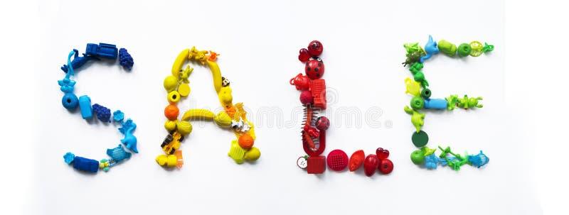 Ordförsäljningen av leksaker Leksak för barn` s av färg av en regnbåge arkivfoton