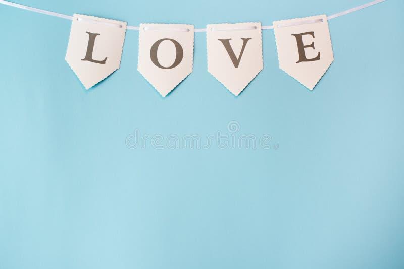 Ordf?r?lskelse p? bl? bakgrund med kopieringsutrymme Dagbegrepp f?r St Valentine Day, f?r?lskelse- eller br?llop Pastellf?rgad f? arkivbild