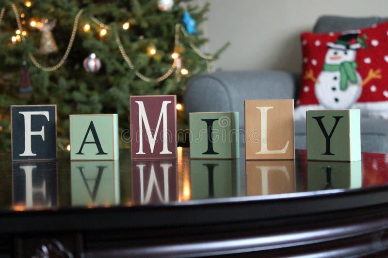 Ordfamilj på en tabell arkivfoto