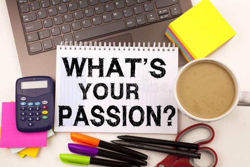 Ordhandstilfråga vad är din passion i kontoret med omgivning liksom affären Co för kaffe för brevpapper för bärbar datormarkörpen royaltyfria foton