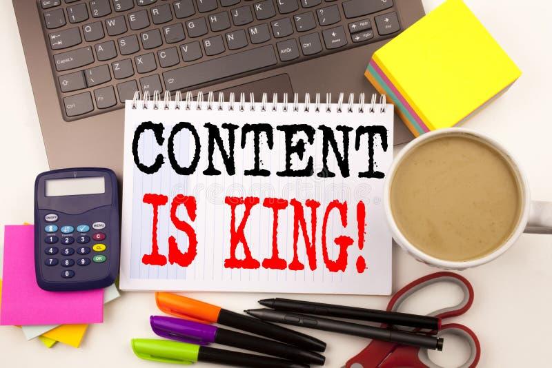 Ordhandstilinnehållet är konungen i kontoret med bärbara datorn, markören, pennan, brevpapper, kaffe Affärsidé för affärsmarknads royaltyfri bild