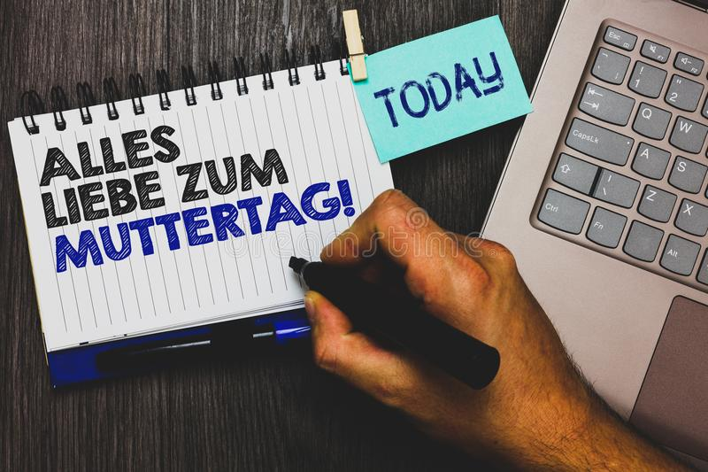 Ordhandstiltext Alles Liebe Zum Muttertag Affärsidé för det stic lyckliga fattandet för Paperclip för affektion för gratulationer royaltyfri fotografi