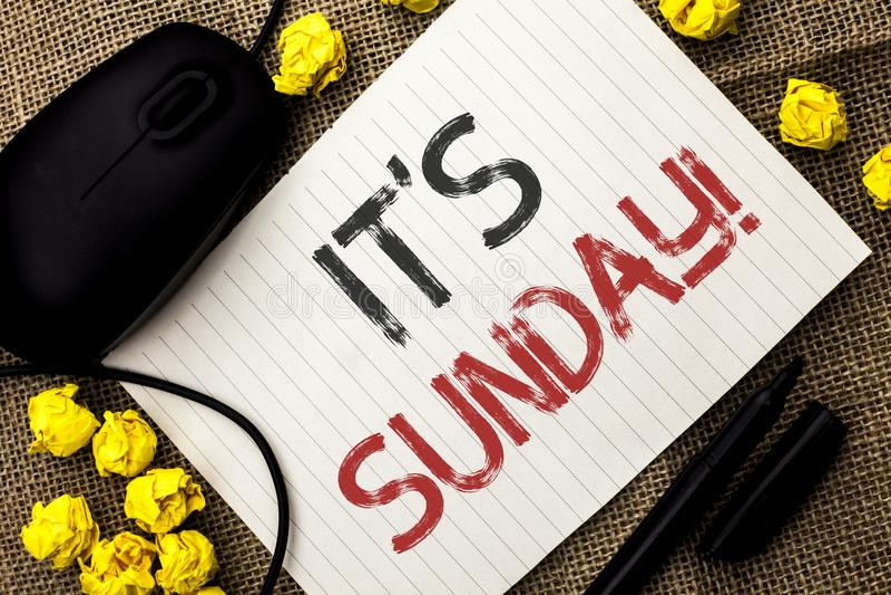 Ordhandstiltext dess söndag appell Affärsidéen för Relax tycker om feriehelgsemester vilar fritt koppla av för dag som är skriftl royaltyfria foton