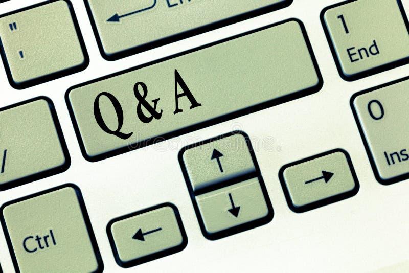Ordhandstiltext Q och A Affärsidé för utbyte av frågor och svar mellan grupper av visning royaltyfri bild