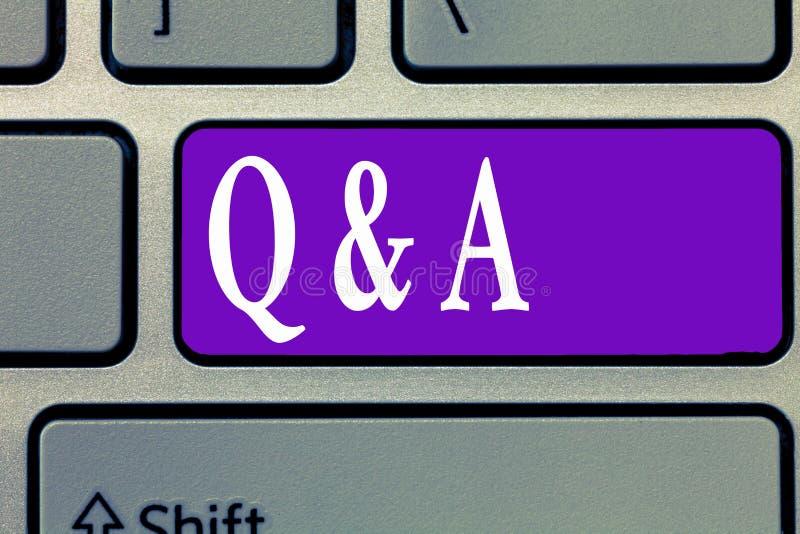 Ordhandstiltext Q och A Affärsidé för utbyte av frågor och svar mellan grupper av visning arkivfoto