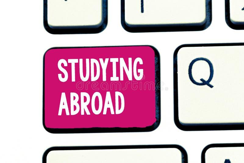 Ordhandstiltext som utomlands studerar Affärsidéen för lär förutom hem i främmande landresande arkivbilder