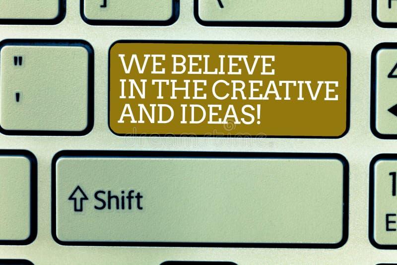 Ordhandstiltext som vi tror i det idérikt och idéerna Affärsidéen för har tro i kreativitetinnovation arkivbilder