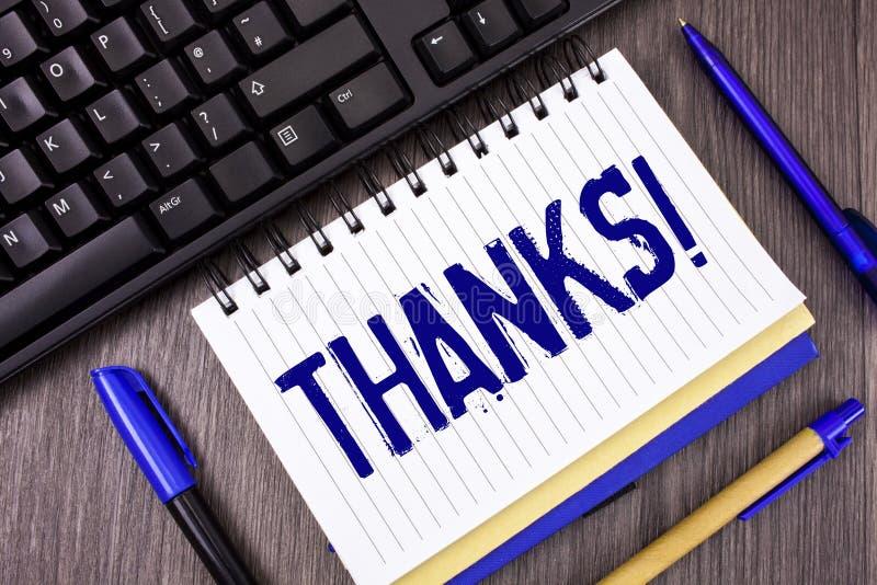 Ordhandstiltext tackar Motivational appell Affärsidé för tacksamhet för gillandehälsningbekräftelse som är skriftlig på notepaden royaltyfri bild