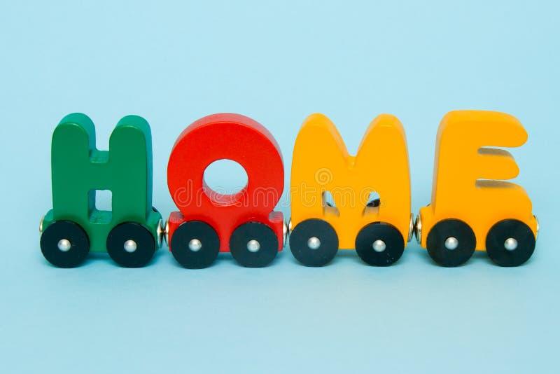 Ordhem som göras av alfabet för bokstavsdrevbilar Ljusa färger av röd gul gräsplan och blått på en vit bakgrund Tidig barndom e royaltyfri bild