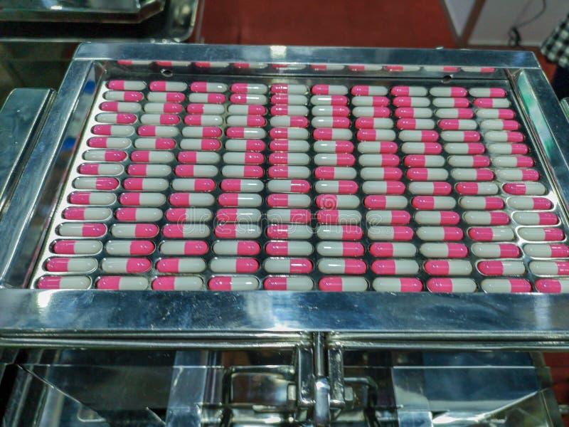 Ordinando la pillola riduce in pani i separatori vibratori Variopinto delle compresse e della pillola delle capsule immagini stock