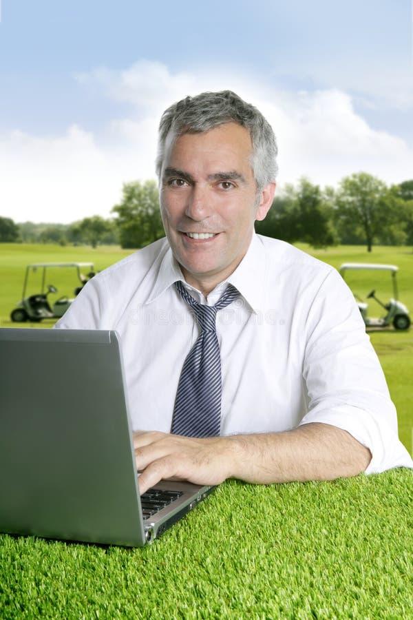 Ordinateur aîné de terrain de golf d'homme d'affaires photo libre de droits