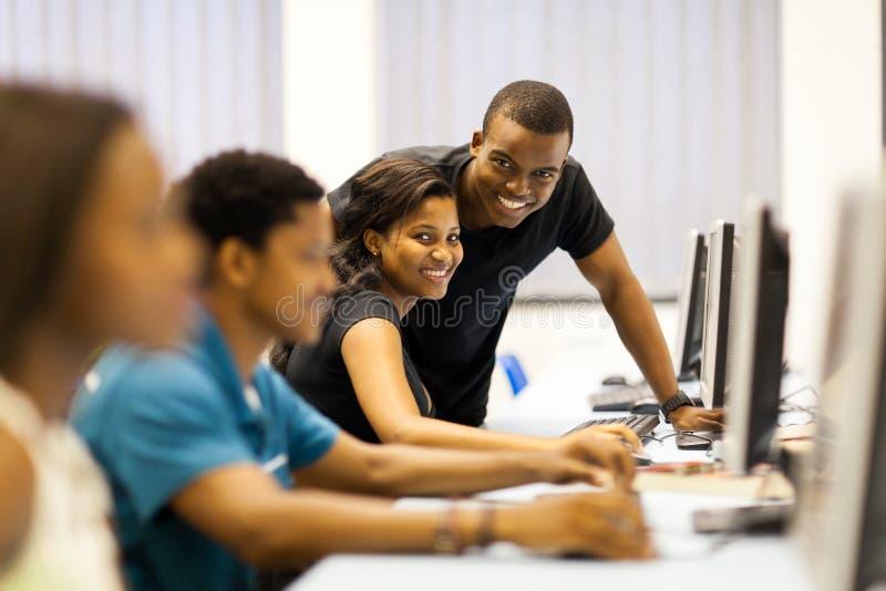 Ordinateur africain d'étudiants image libre de droits