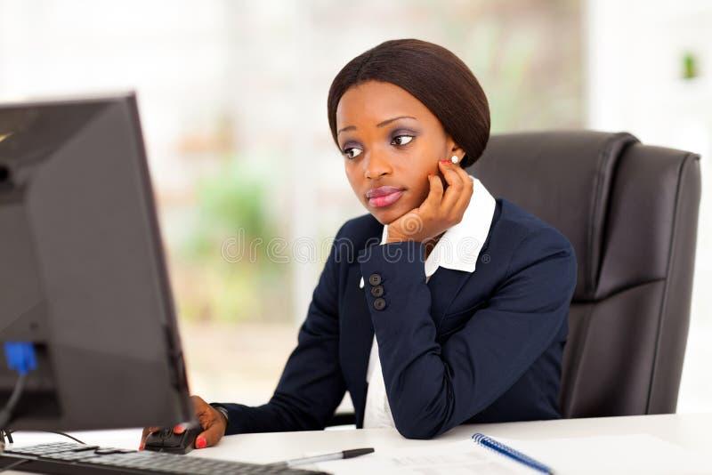 Ordinateur africain de femme d'affaires image stock