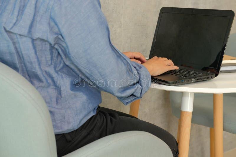 ordinateur d'homme d'affaires utilisant travail de démarrage d'homme avec l'ordinateur portable en café photos libres de droits