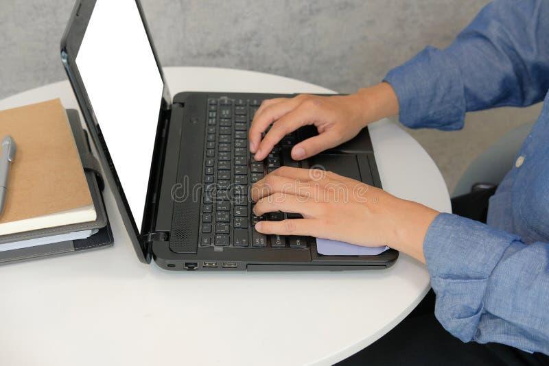 ordinateur d'homme d'affaires utilisant travail de démarrage d'homme avec l'ordinateur portable en café photo stock