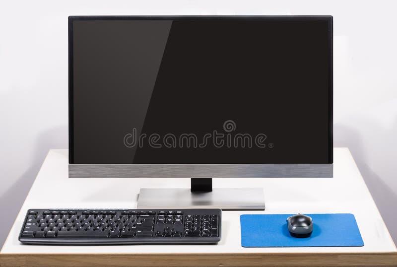 Ordinateur de bureau avec l'éclat d'écran d'isolement sur le blanc image libre de droits