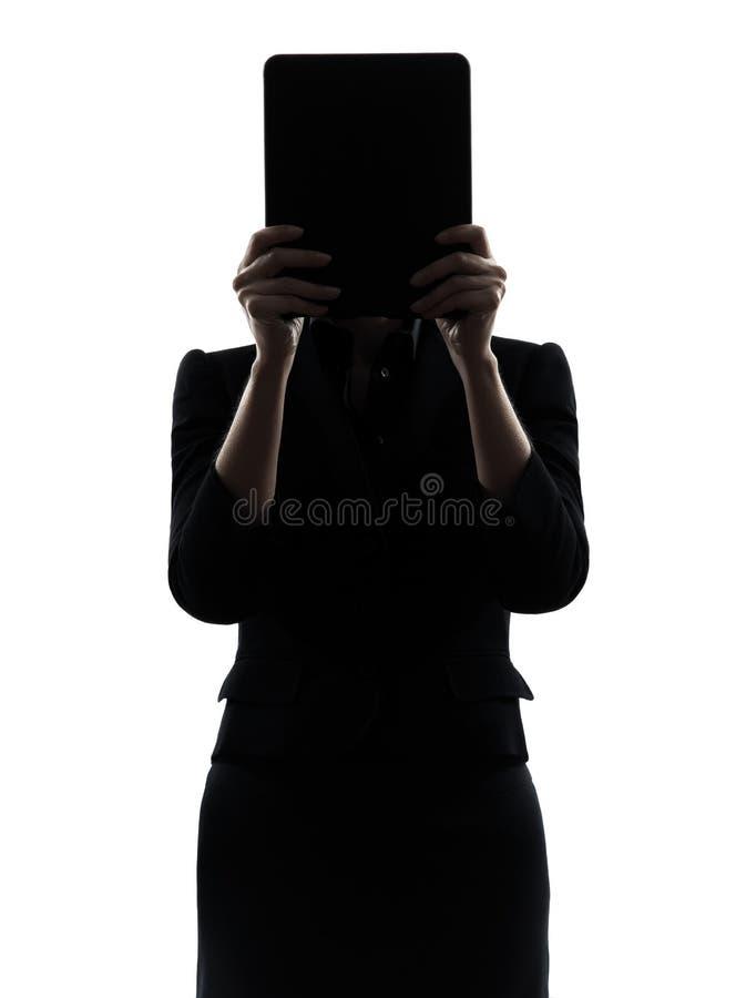 Ordinateur de dissimulation de femme d'affaires calculant le silhoue numérique de comprimé photographie stock