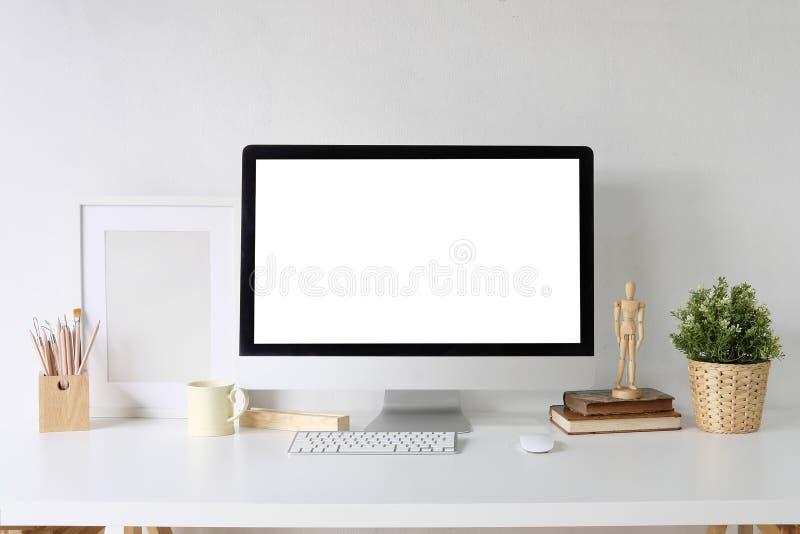 Ordinateur de PC de maquette sur les fournitures de bureau blanches de table et de concepteur o images libres de droits