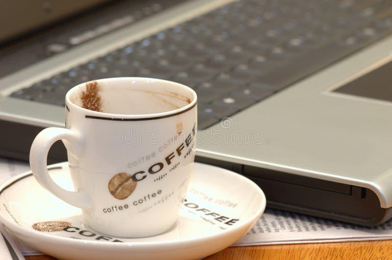 Ordinateur et café images libres de droits