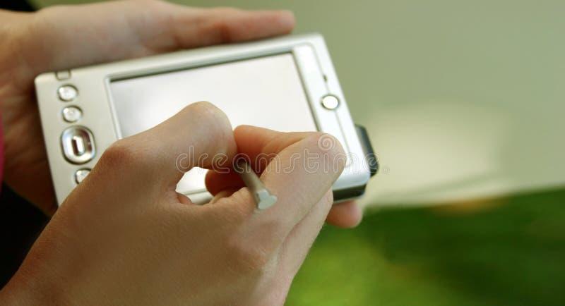 Ordinateur et mains images libres de droits
