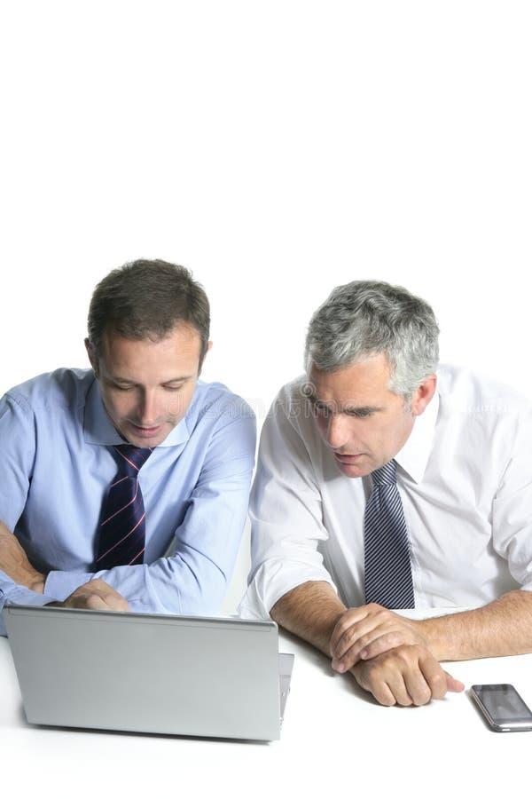 Ordinateur fonctionnant d'équipe d'homme d'affaires d'expertise image libre de droits