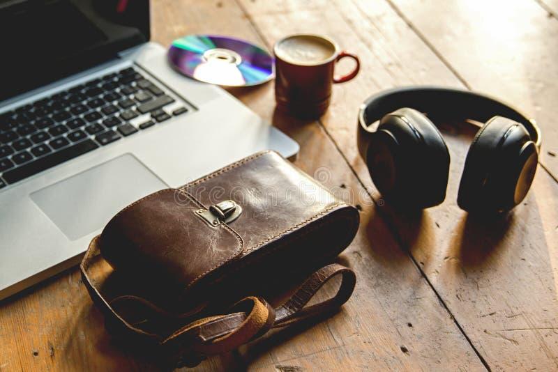 Ordinateur portable, écoutant la musique, sur l'écouteur refroidissant avec des espres photo libre de droits