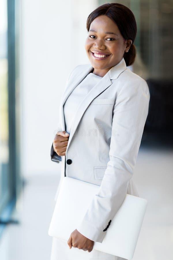 Ordinateur portable afro-américain de femme d'affaires photos libres de droits