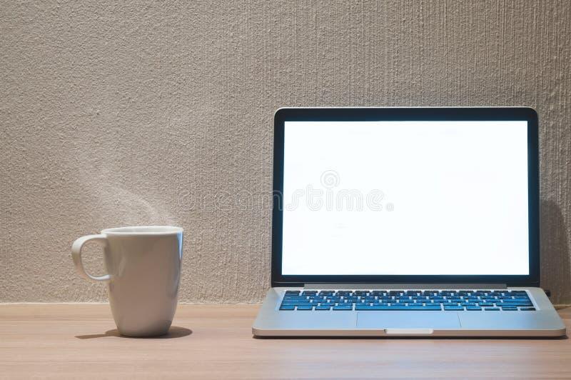 Ordinateur portable avec l'écran vide blanc de lueur photographie stock