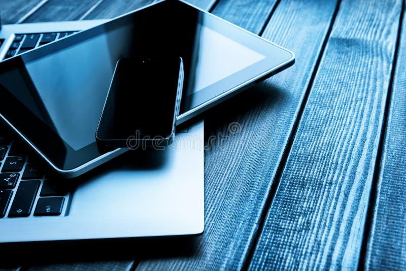 Ordinateur portable avec le PC de téléphone et de comprimé images stock