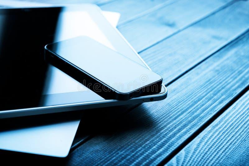 Ordinateur portable avec le PC de téléphone et de comprimé photographie stock libre de droits