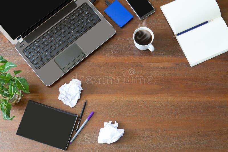ordinateur portable avec les fournitures de bureau le papier chiffonn la plante verte et le. Black Bedroom Furniture Sets. Home Design Ideas