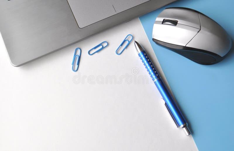 Ordinateur portable avec une souris, stylo, fournitures de bureau sur une table avec l'espace de copie, vue supérieure, dispositi photo libre de droits