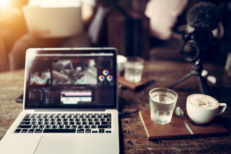 Ordinateur portable coupant le créateur satisfait de vidéo de longueur photographie stock libre de droits