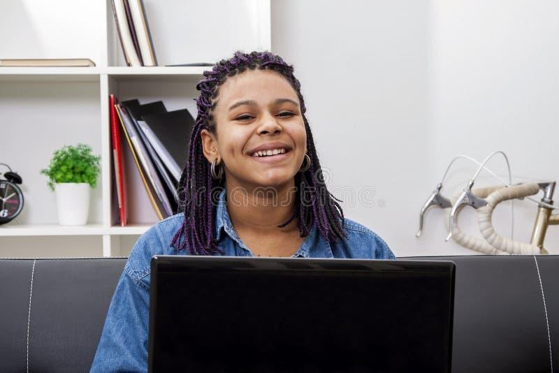 Ordinateur portable d'ordinateur de femme image libre de droits