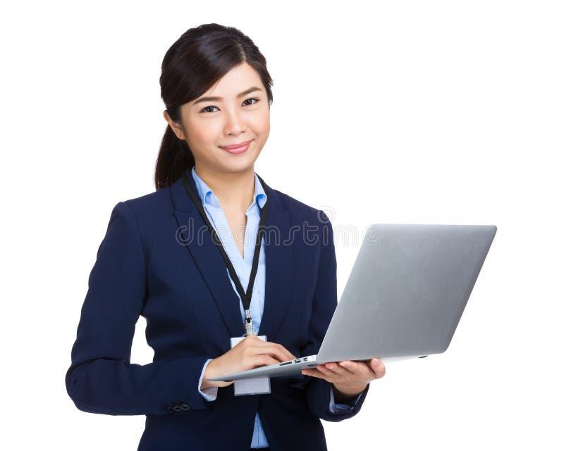 Ordinateur portable d'utilisation de femme d'affaires images stock