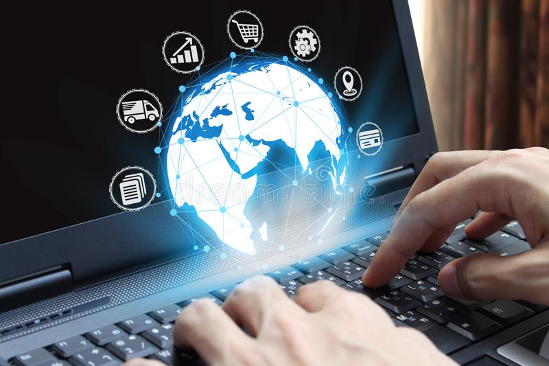 Ordinateur portable d'utilisation de main d'homme d'affaires avec la technologie d'icône, concept d'Internet des affaires globale images stock