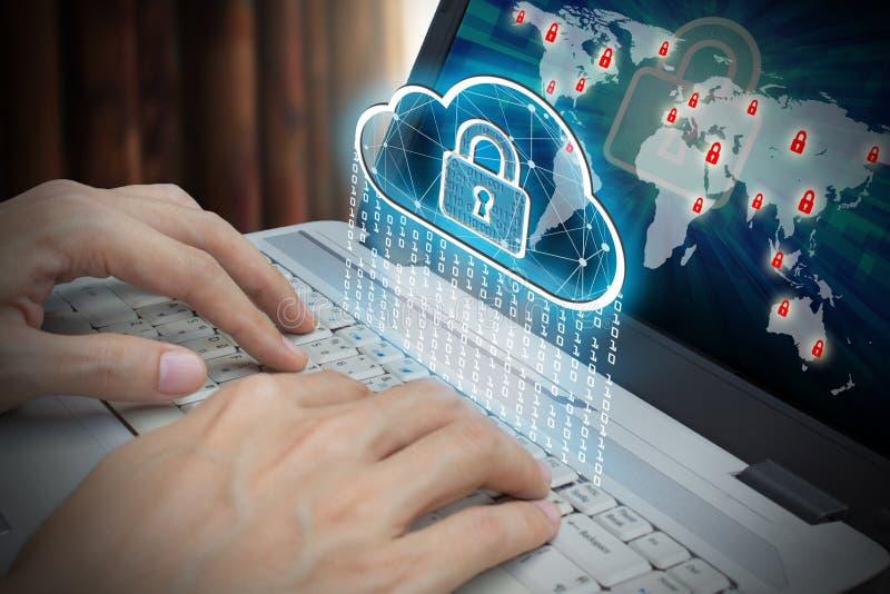 Ordinateur portable d'utilisation d'homme d'affaires avec l'interface du compu de cadenas et de nuage photographie stock