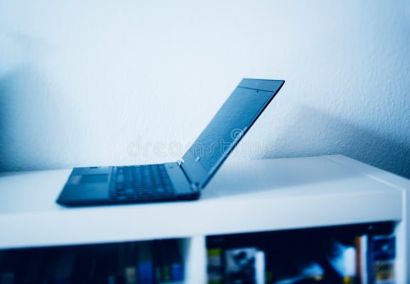 Ordinateur portable dans l'intérieur moderne image libre de droits