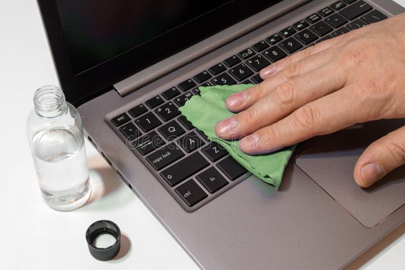 Ordinateur portable de clavier de nettoyage image stock