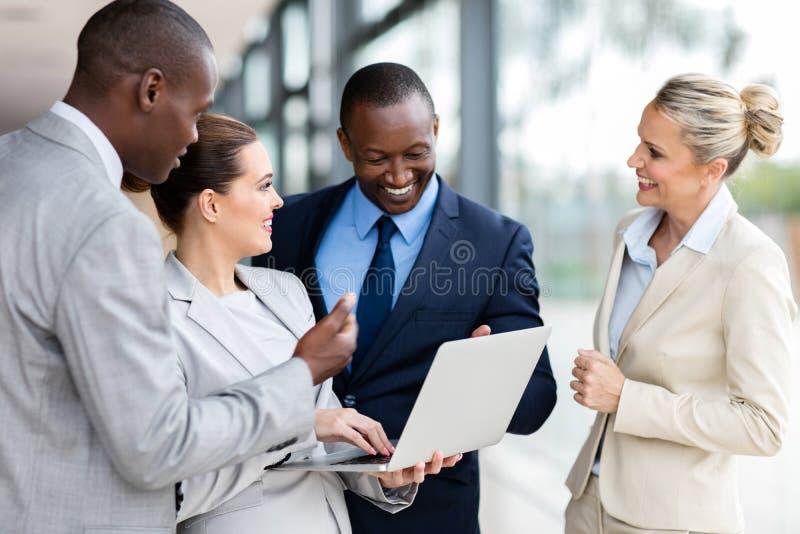 Ordinateur portable de groupe d'affaires image stock