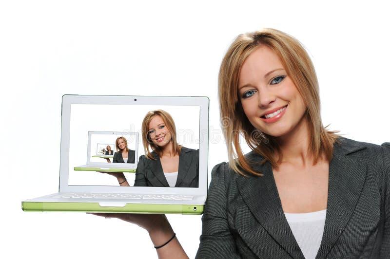 Ordinateur portable de l'adolescence de fixation de fille photos libres de droits