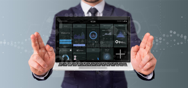 Ordinateur portable de participation d'homme d'affaires avec des données d'interface utilisateurs de client de l'entreprise sur l photos libres de droits