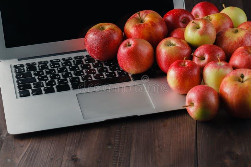 Download Ordinateur Portable Et Pommes Sur Une Table Photo stock - Image du blackboard, éducation: 77155948