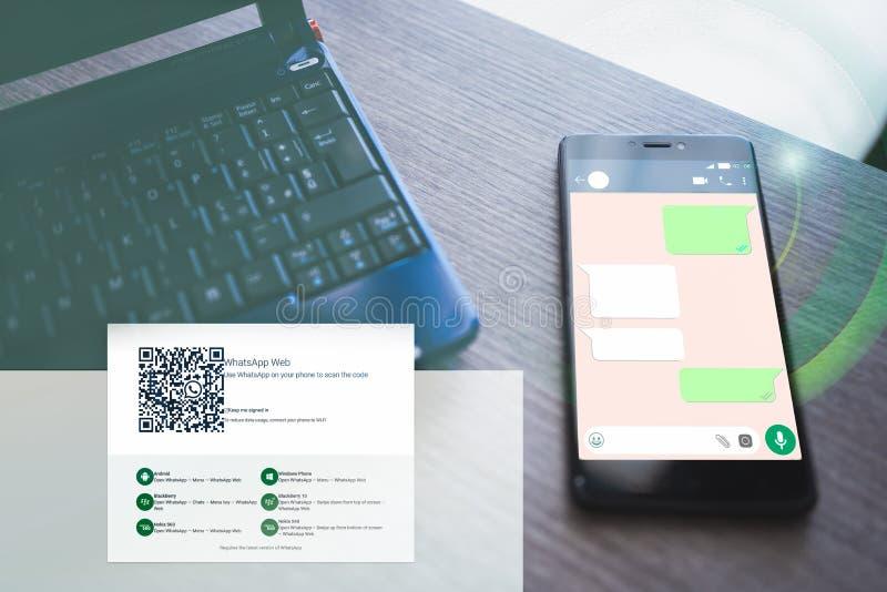 Ordinateur portable et smartphone avec la causerie ouverte de whatsapp images libres de droits