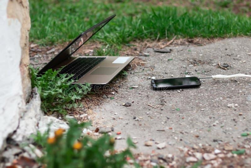 Ordinateur portable et smartphone pendant le d?jeuner Le dispositif puissant absorbe l'instrument p?rim? Abstraction photos libres de droits