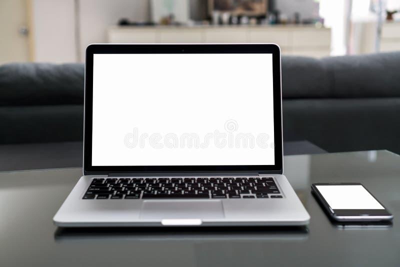Ordinateur portable et smartphone sur la table dans la chambre de bureau, pour le montage d'affichage graphique Prenez votre écra photo libre de droits