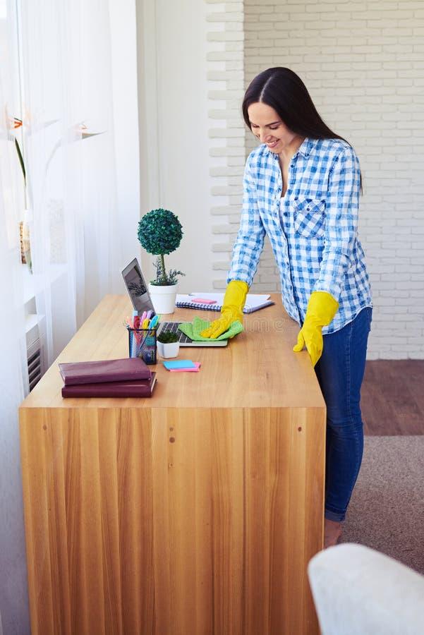 Ordinateur portable femelle attrayant de saupoudrage se tenant sur la table image libre de droits